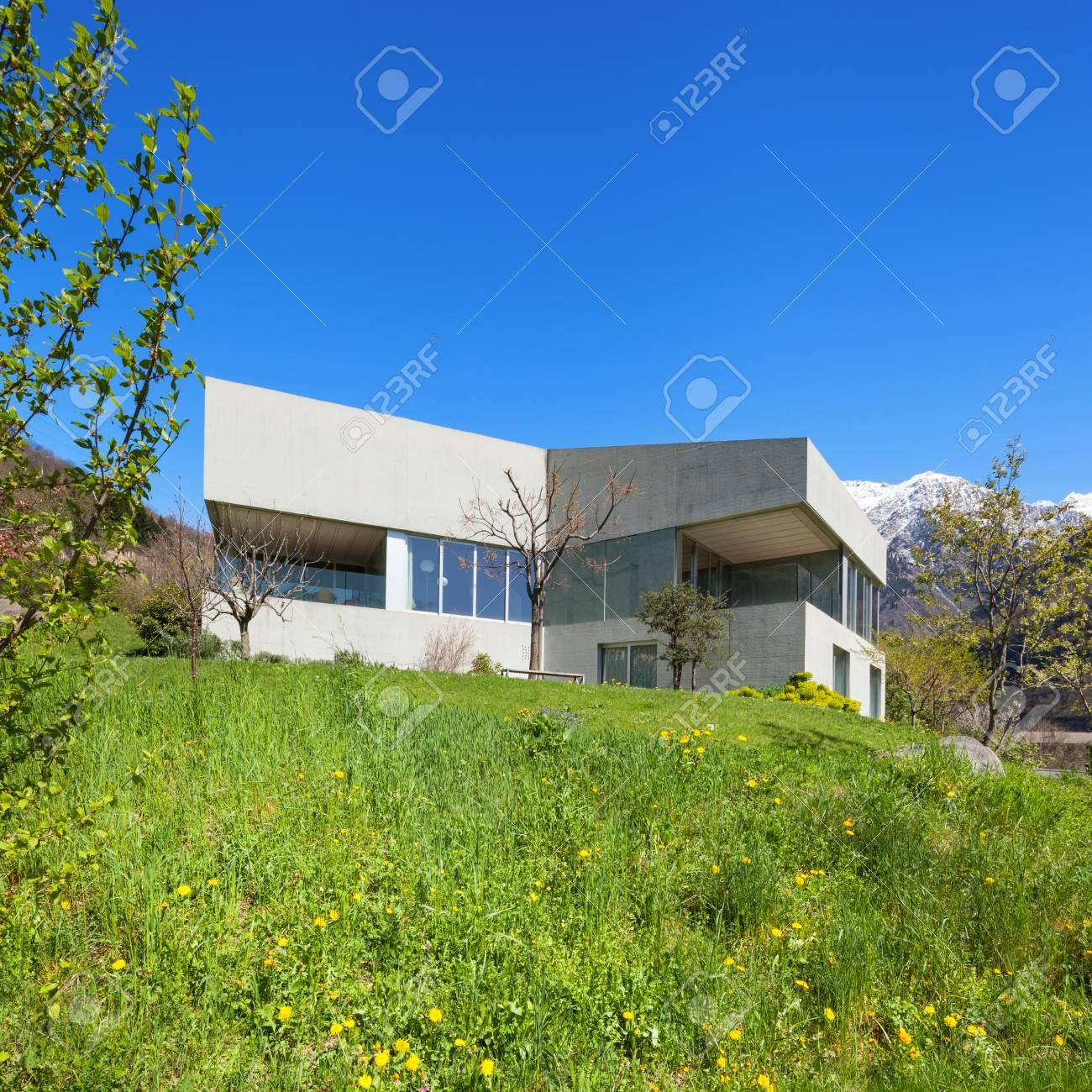 Moderner Entwurf Der Architektur, Konkretes Haus Und Wiese, Draußen ...
