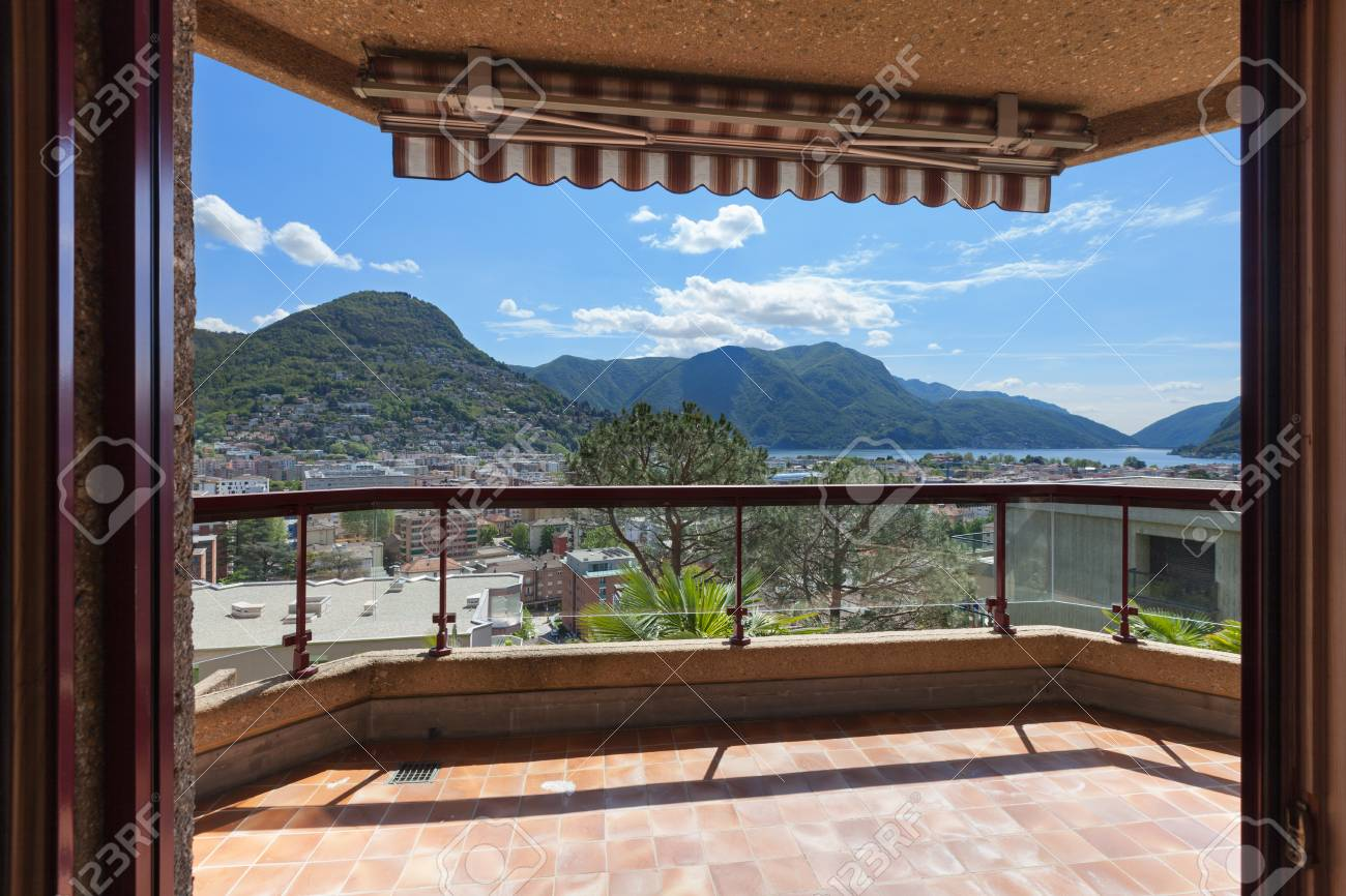 Balkon Mit Sonnenschirm Eines Mehrfamilienhauses Schone Aussicht