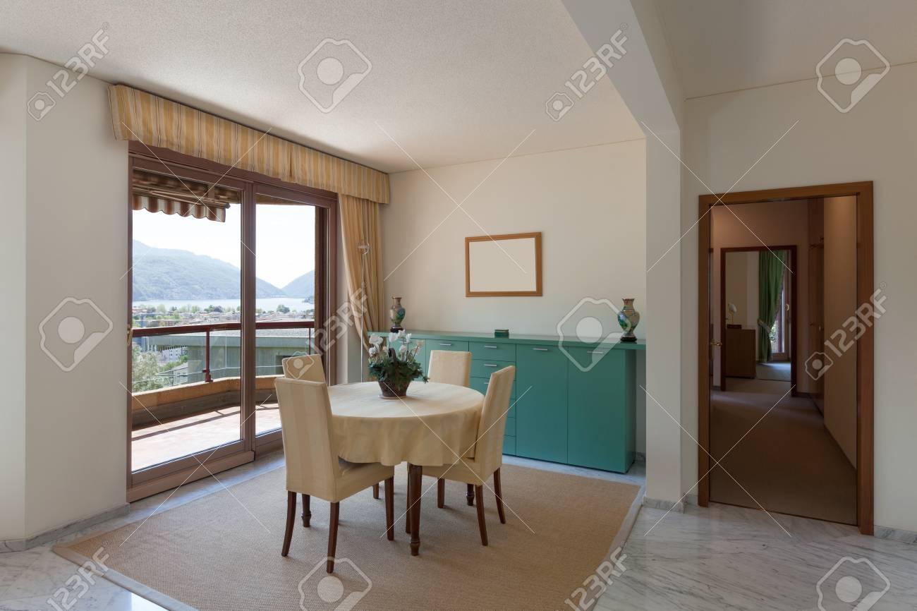 Intérieur de l\'ancien appartement, salon avec table à manger