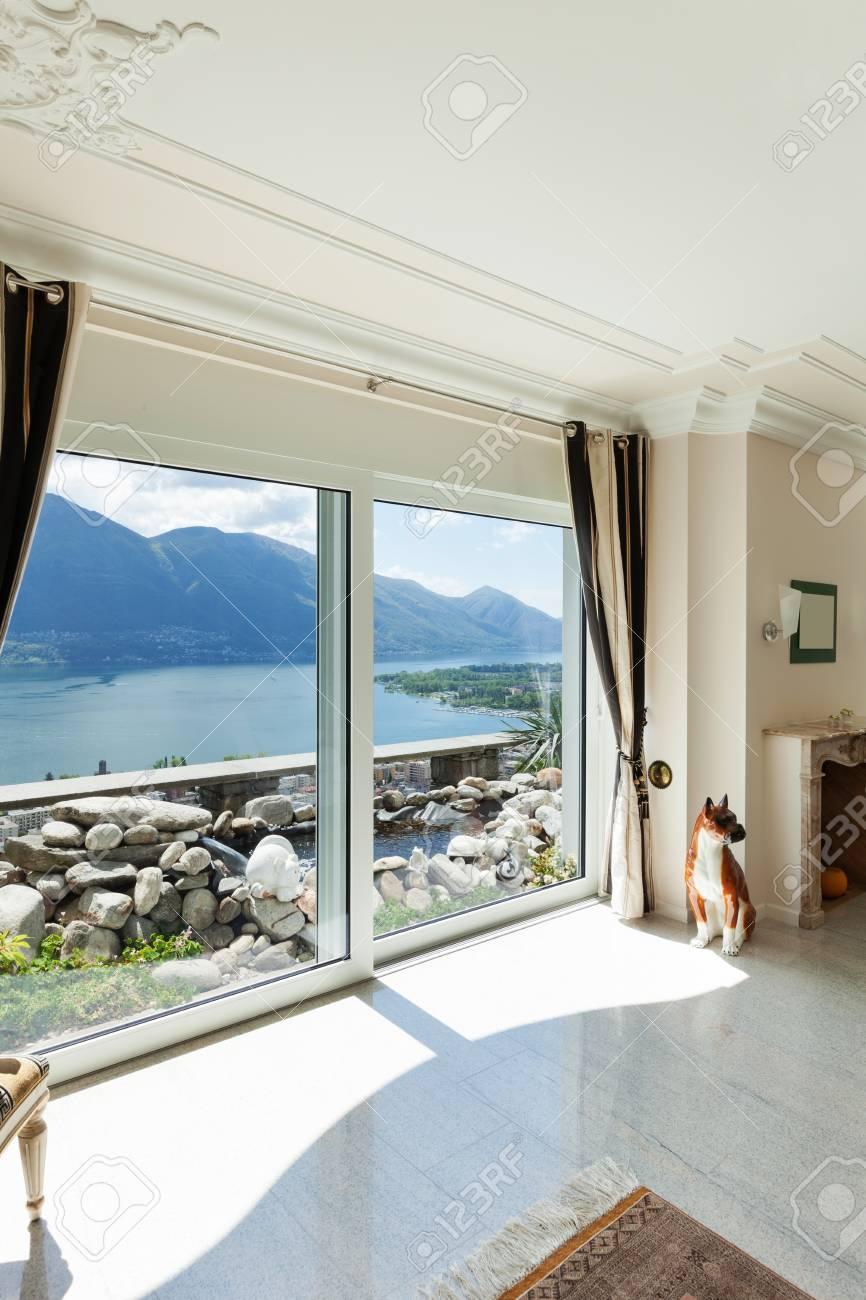 Standard Bild   Wohnzimmer In Luxus Haus, Mit Blick Auf Große Fenster Auf  Den See