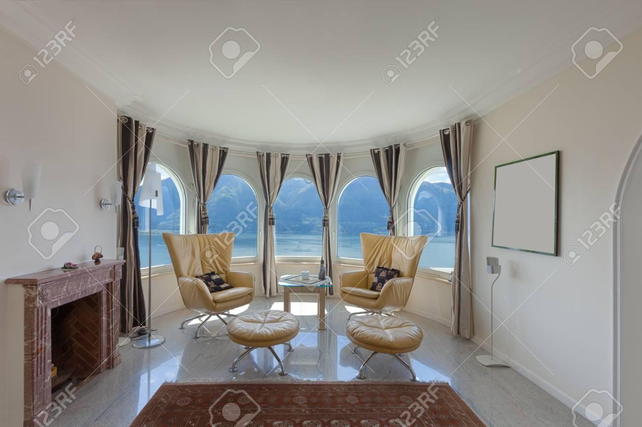 Sessel Im Luxushaus Ecke Des Raumes Und Fenster Lizenzfreie Fotos
