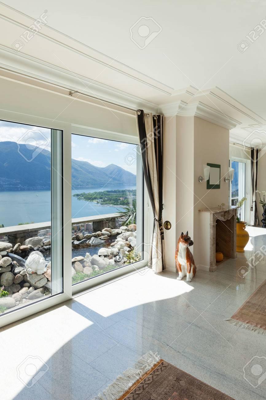 Wohnzimmer In Luxus-Haus, Mit Blick Auf Große Fenster Auf Den See ...