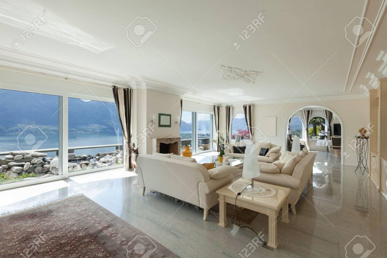 Wohnzimmer In Luxus Haus Eine Gemutliche Lounge Lizenzfreie Fotos