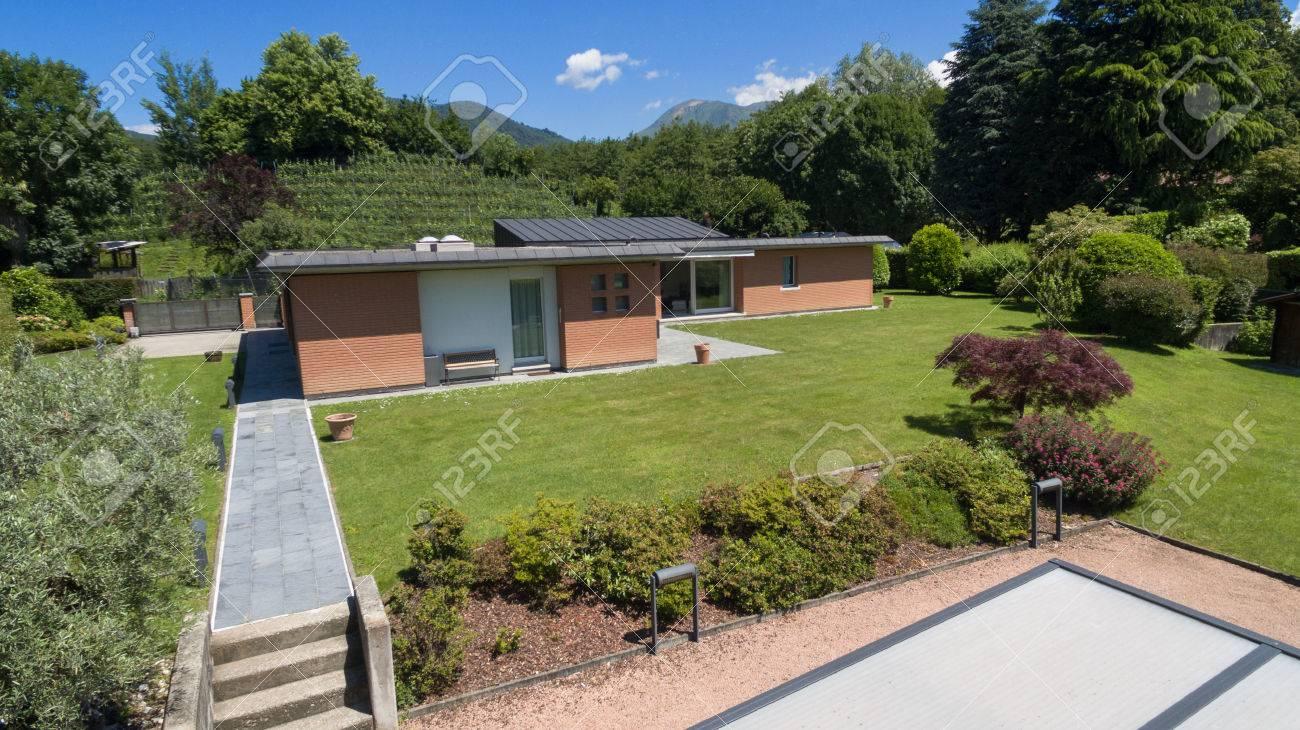 Vue aérienne d\'une maison moderne en briques avec jardin
