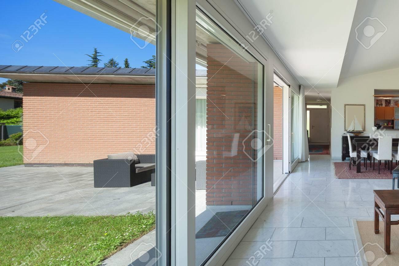 Salon d\'une maison moderne, de grandes fenêtres, intérieur