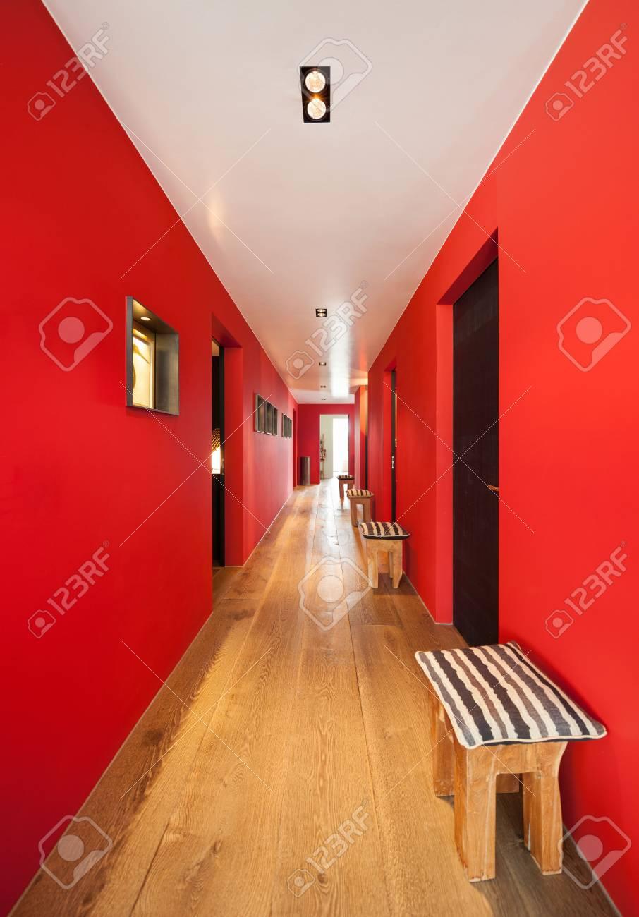 Interieur Couloir D Une Maison Moderne Parquet Et Murs Rouges