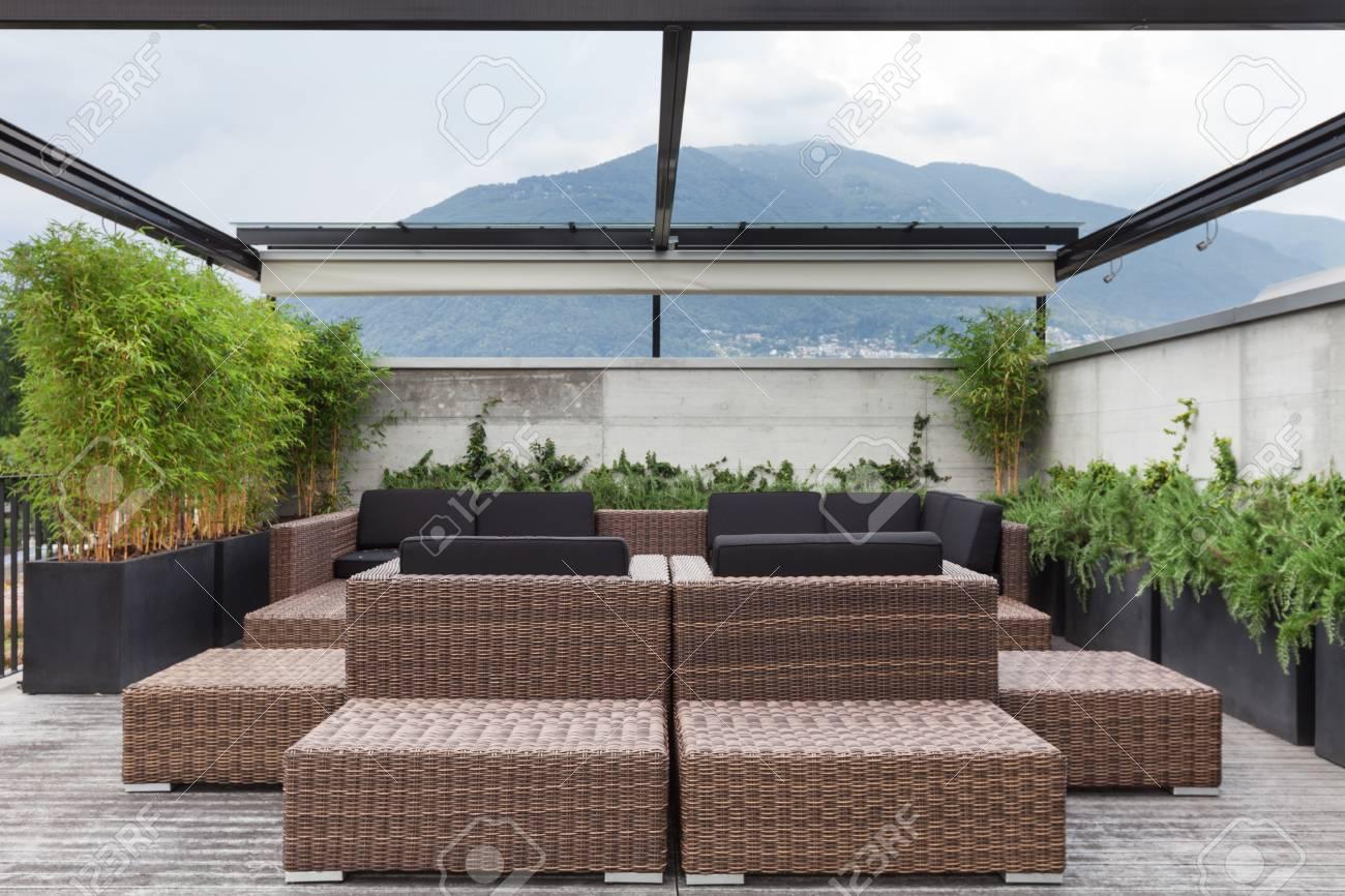 Blick Auf Eine Moderne Terrasse Mit Bequemen Gartenmobeln