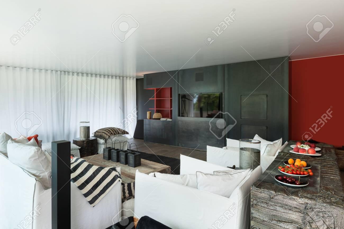 Moderne Wohnzimmer Mit Weißen Sofas, Vorhänge An Den Fenstern Standard Bild    61344638