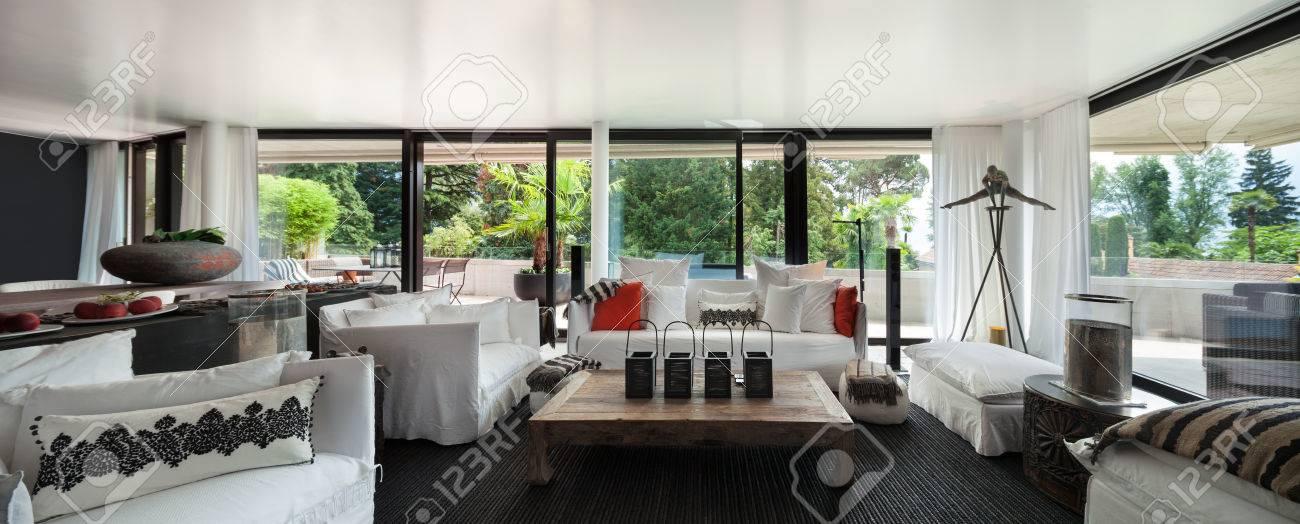 Moderne Wohnzimmer Mit Weißen Sofas Und Großen Fenstern Standard Bild    61345137