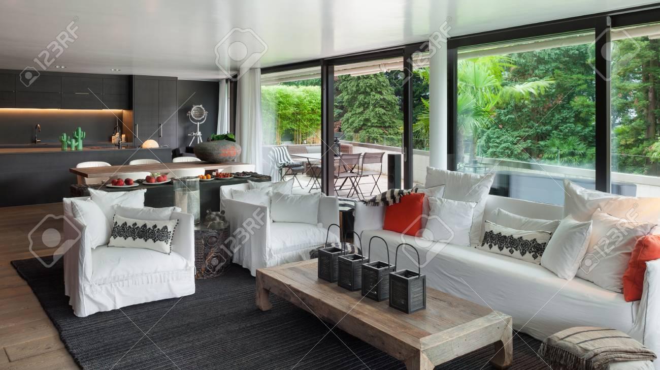 Moderne Wohnzimmer Mit Weißen Sofas Und Großen Fenstern Standard Bild    61344941
