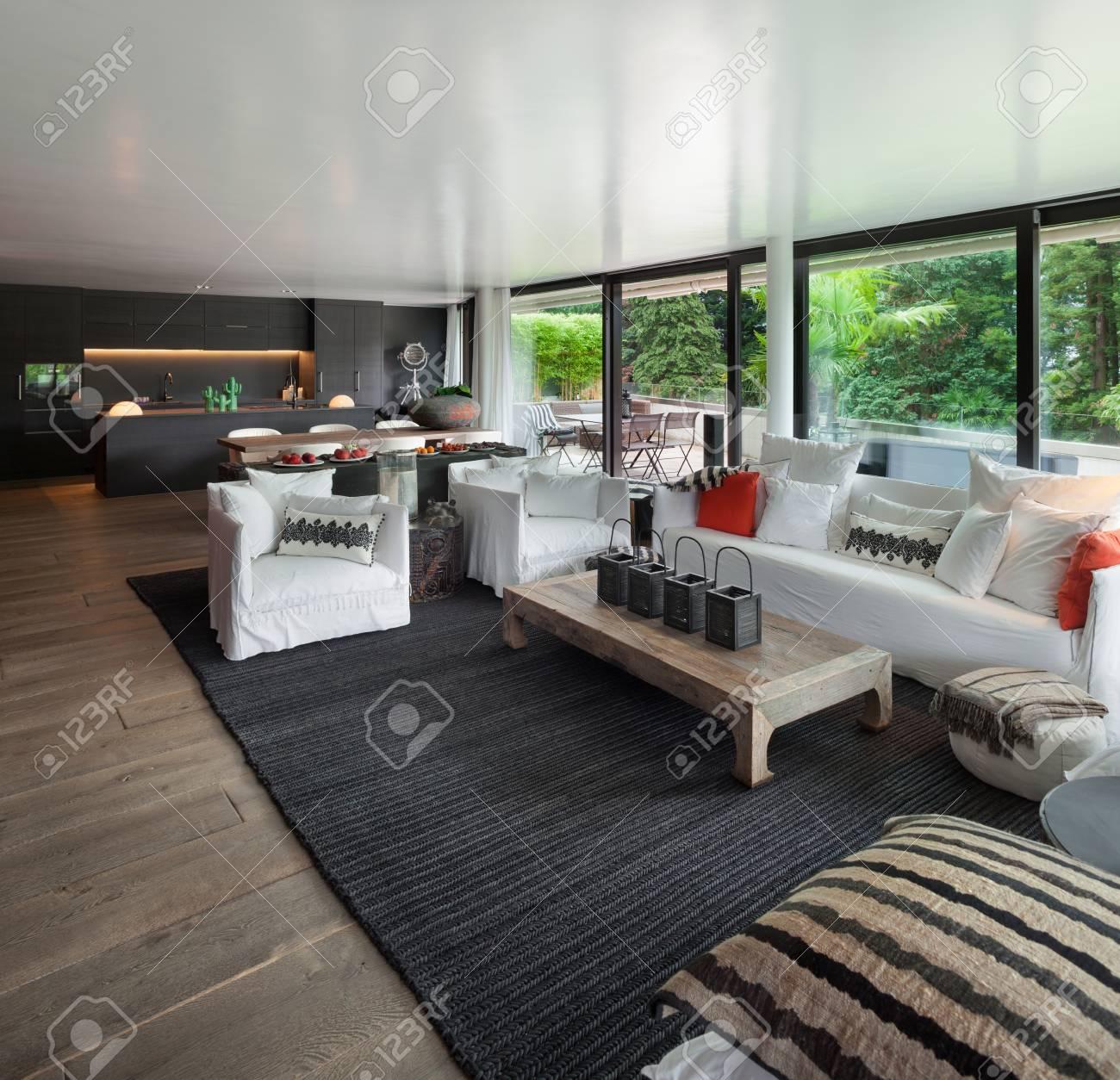 Moderne Wohnzimmer Mit Weißen Sofas Und Großen Fenstern Standard Bild    61344904