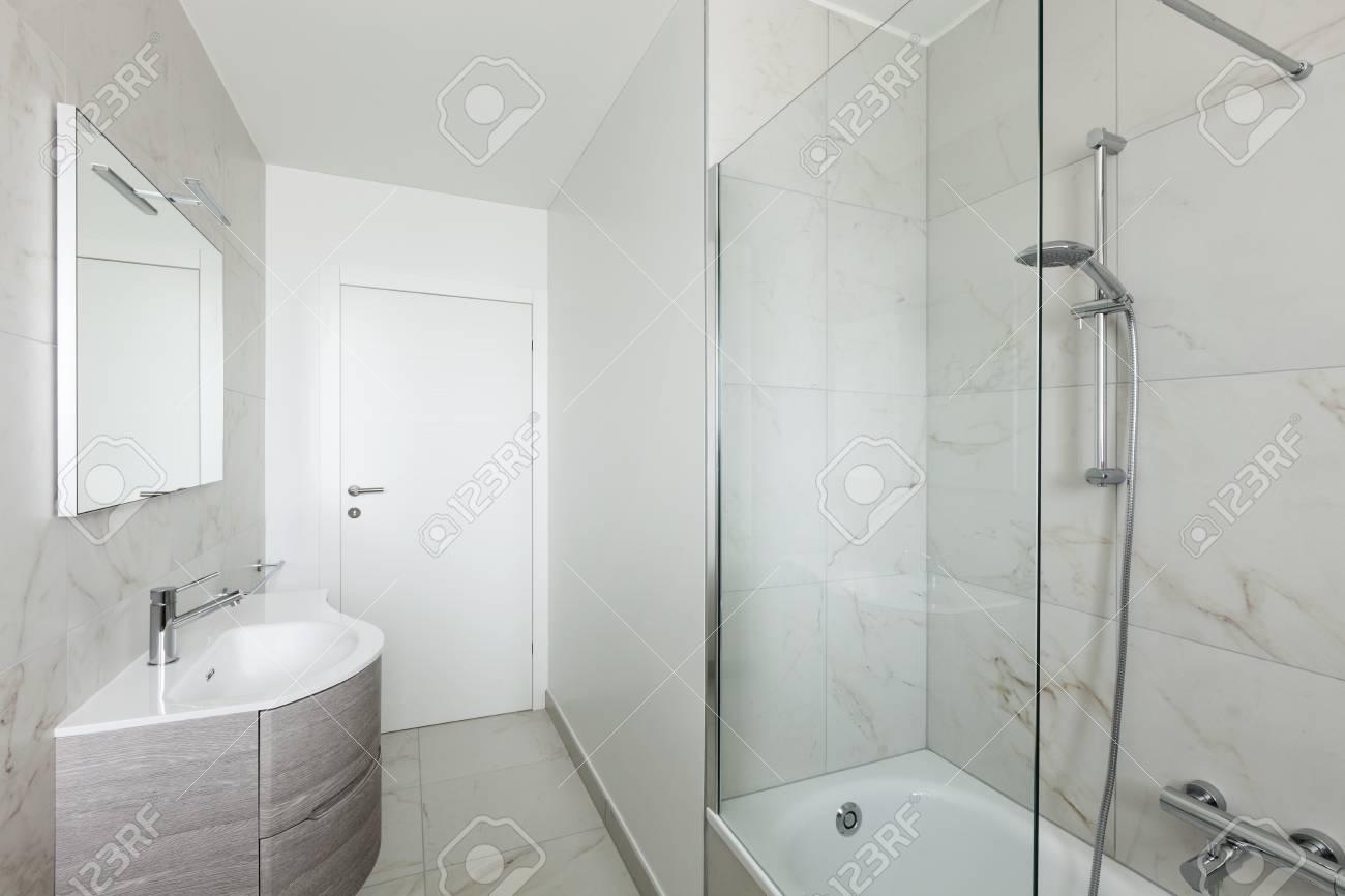banque dimages intrieur de lappartement vide salle de bain blanche avec douche