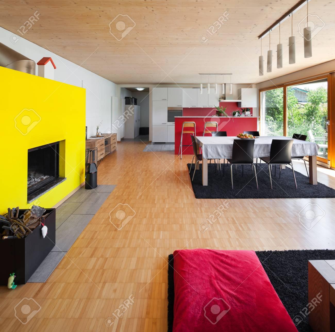 Espace Ouvert D\'une Maison Moderne, Salon Avec Cheminée Jaune Banque ...
