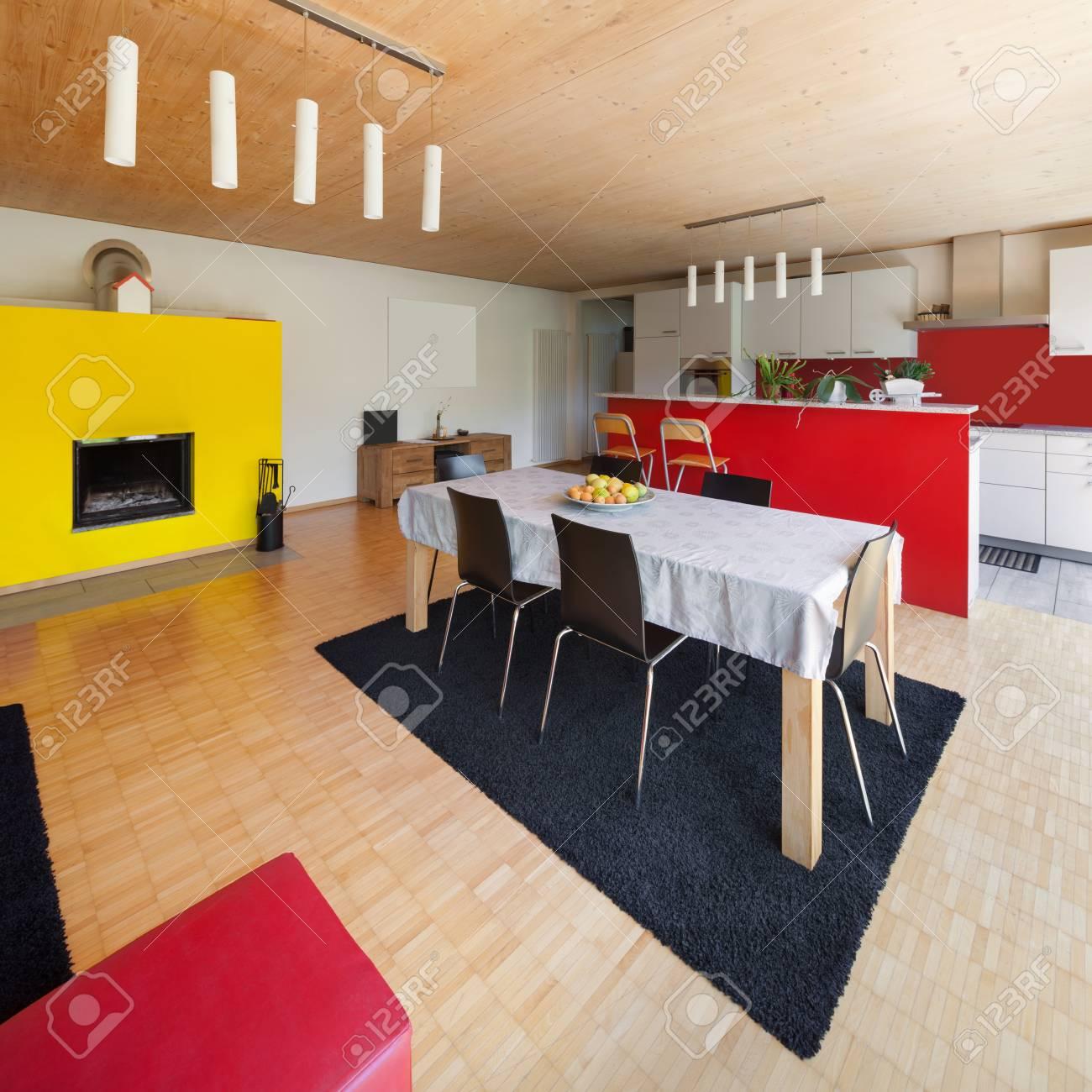 Salle à manger avec cuisine d\'une maison moderne, intérieur