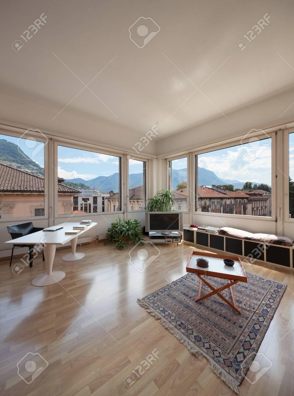 Salon de l\'ancien appartement, un bureau moderne et de grandes fenêtres