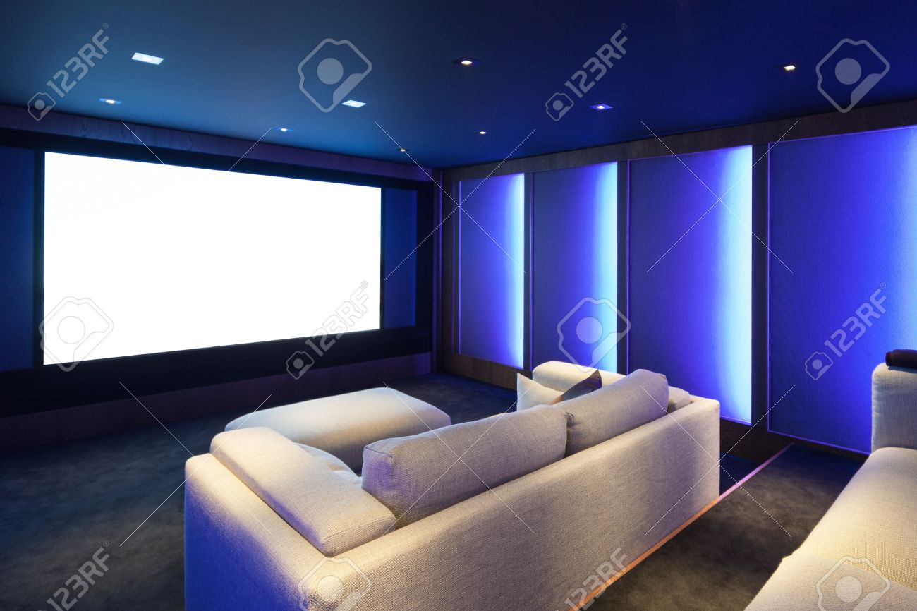 Home Theater, Luxury Interior, Comfortable Divan And Big Screen Imagens    64614152