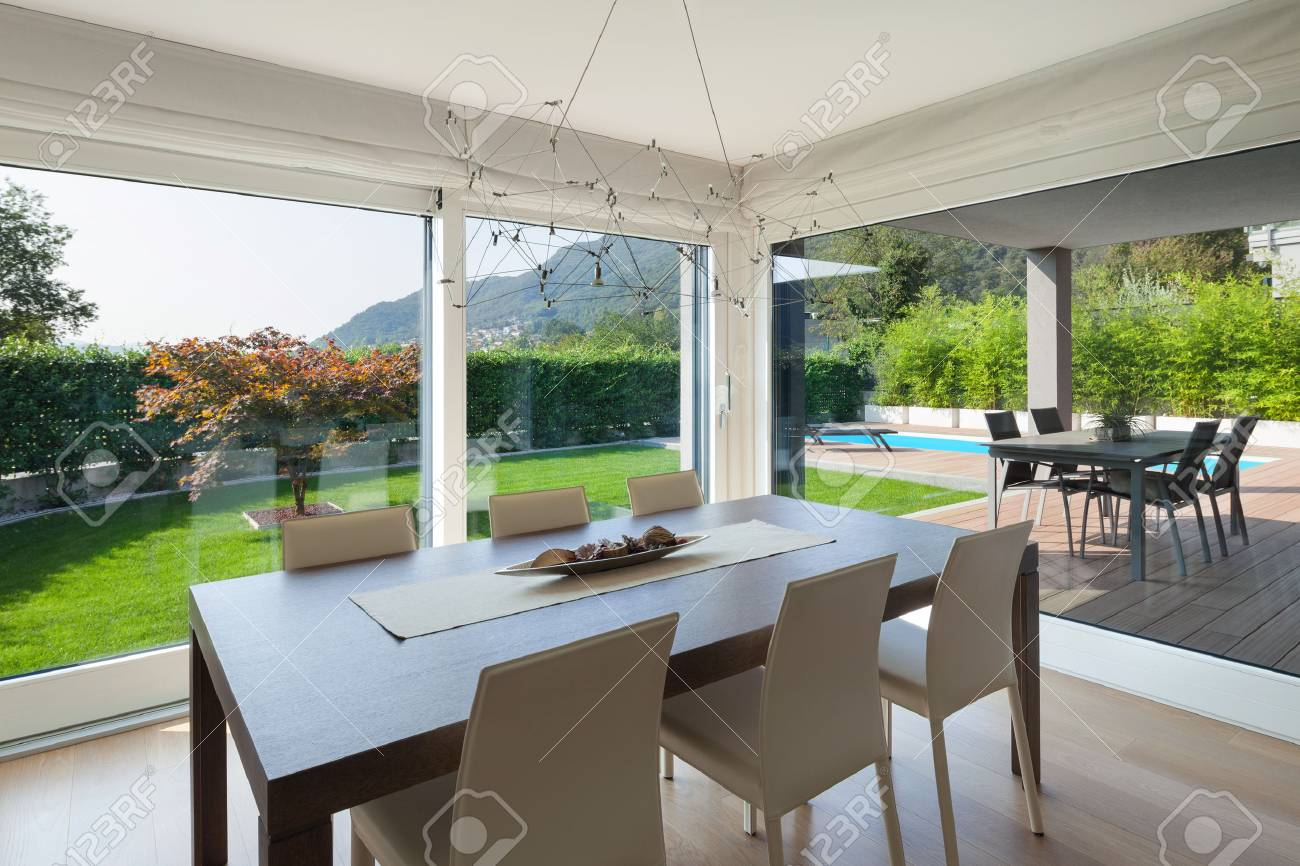 Maison de luxe d\'intérieur, salle à manger confortable, mobilier moderne