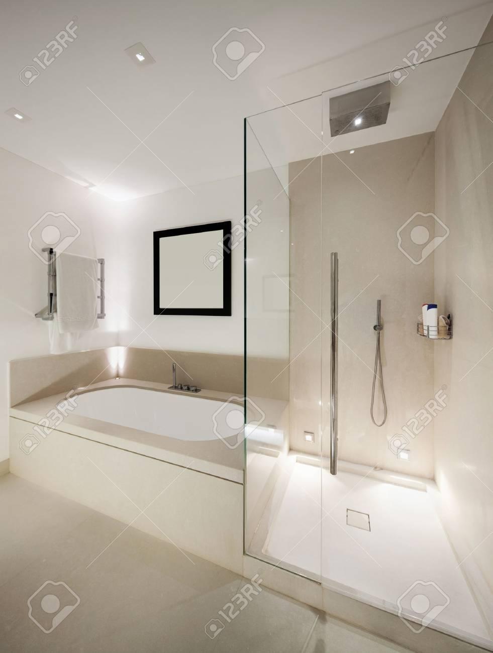 Intérieur, salle de bains moderne blanc, douche et baignoire