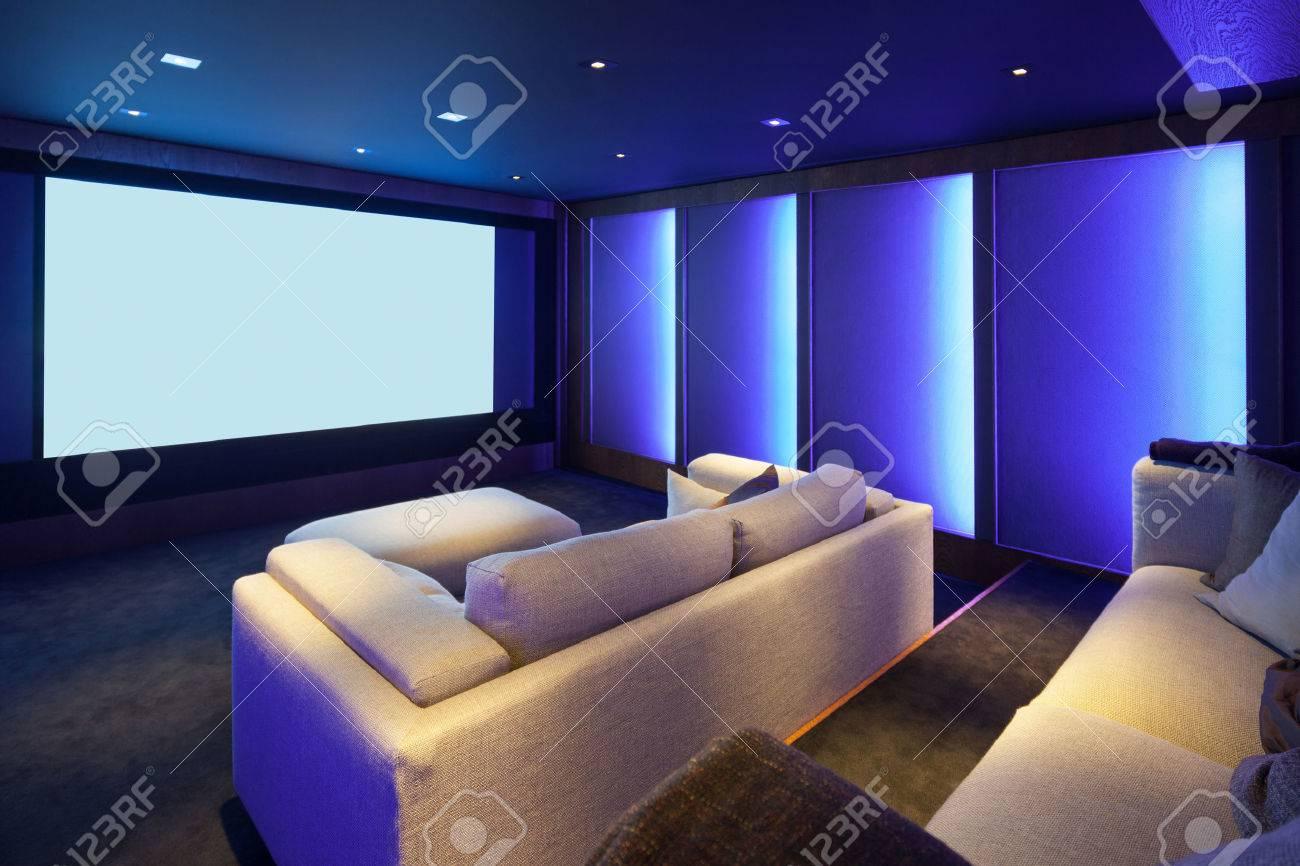 Heimkino, Luxus-Interieur, Komfortable Diwan Und Großen Bildschirm ...