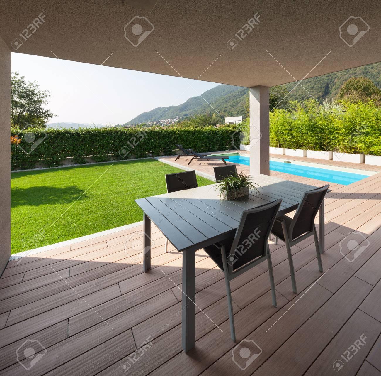 Endroit Pour Se Détendre Sous Un Porche, Maison Moderne Avec Piscine ...