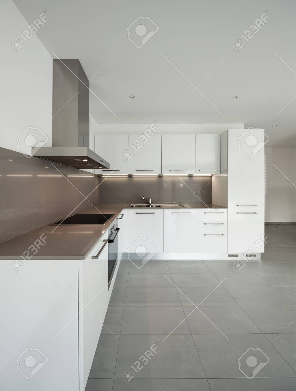 Das Innere Der Leeren Wohnung, Breiten Raum Mit Küche, Fliesenboden ...