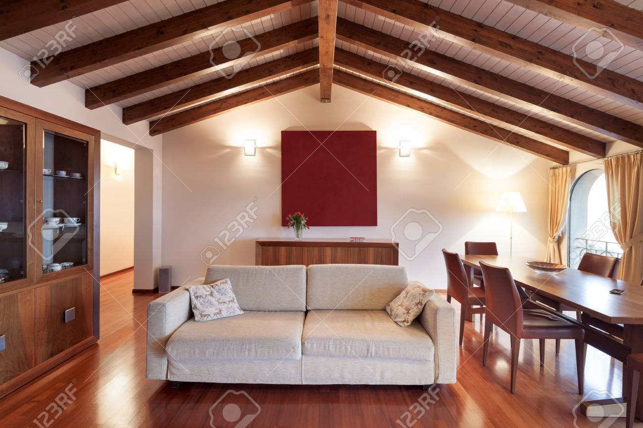 Confortable, Mezzanine, Salon Avec Divan Et Table à Manger, Parquet ...