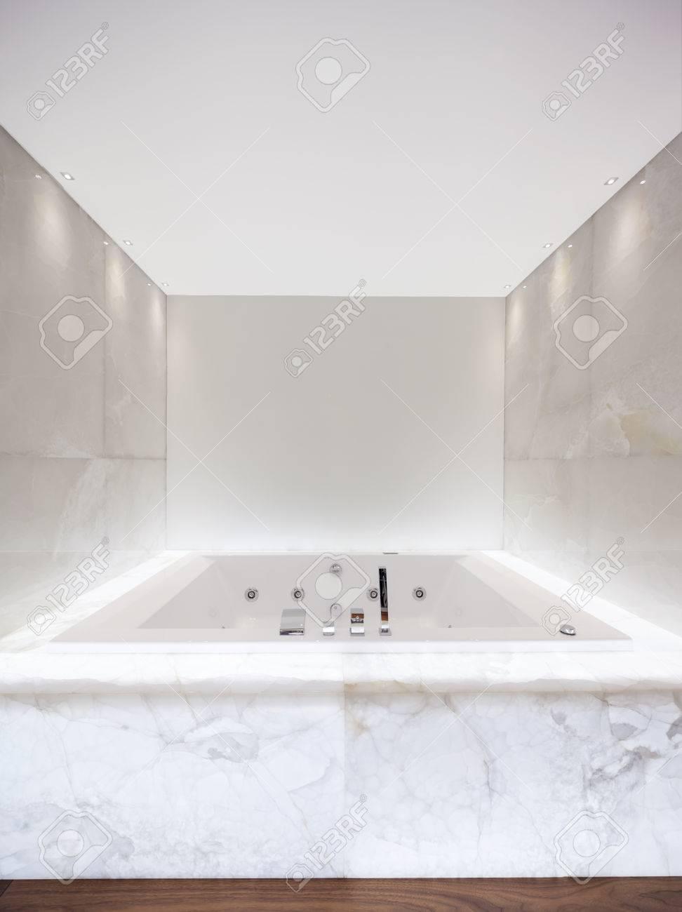 Grosse Badewanne Im Badezimmer Beleuchtete Marmor Lizenzfreie Fotos Bilder Und Stock Fotografie Image 75069063