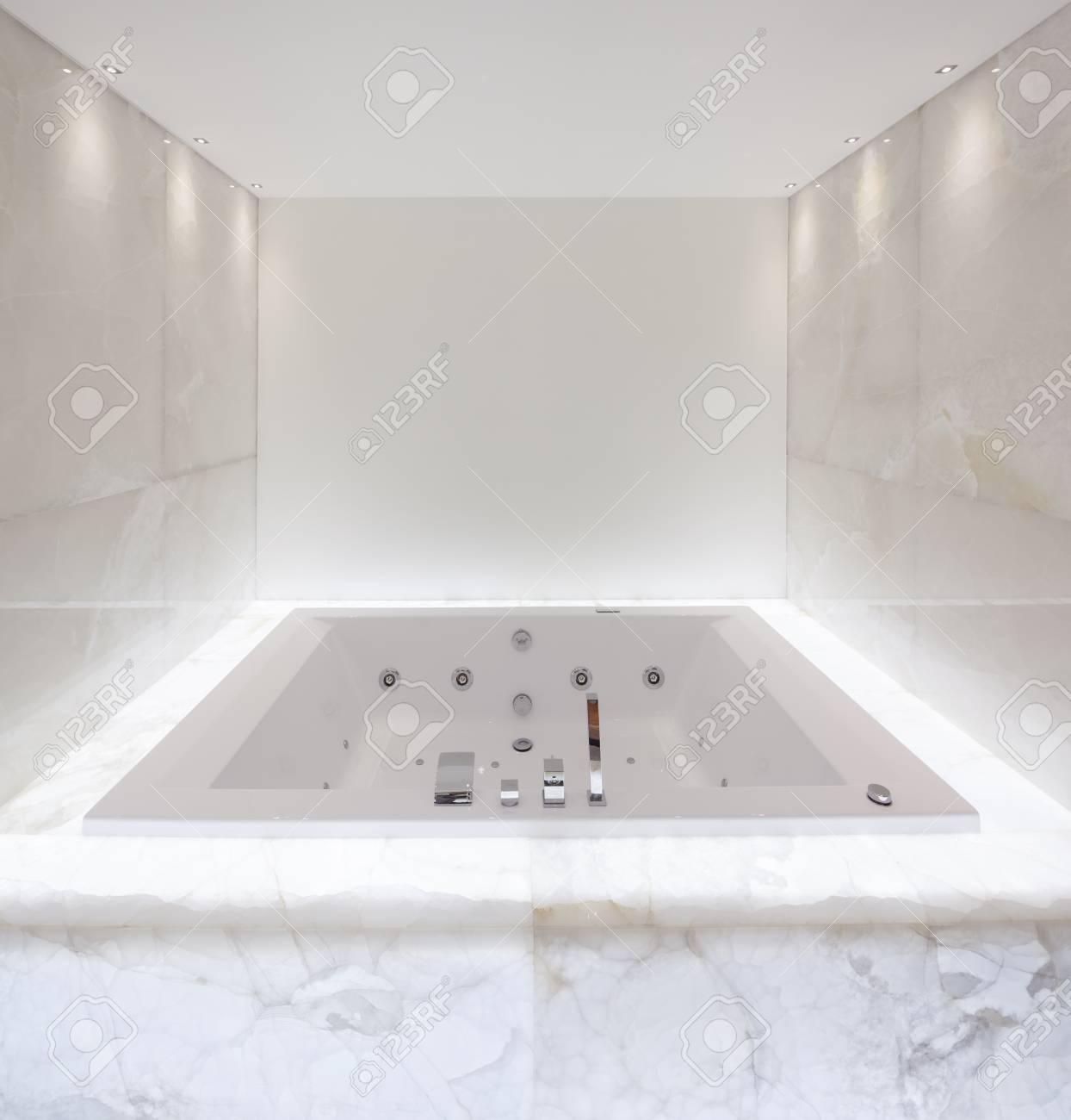 Grande Baignoire Dans La Salle De Bain Marbre Allumé Banque D\'Images ...