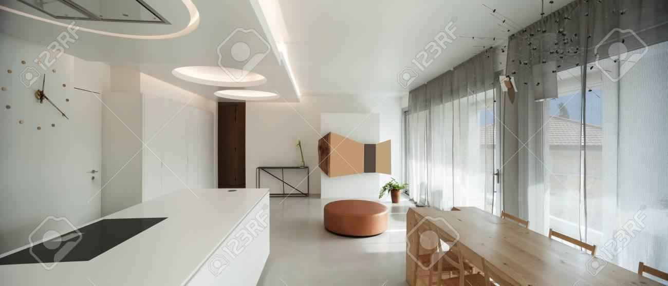 Apartamento de lujo, cocina cómoda con comedor y muebles modernos