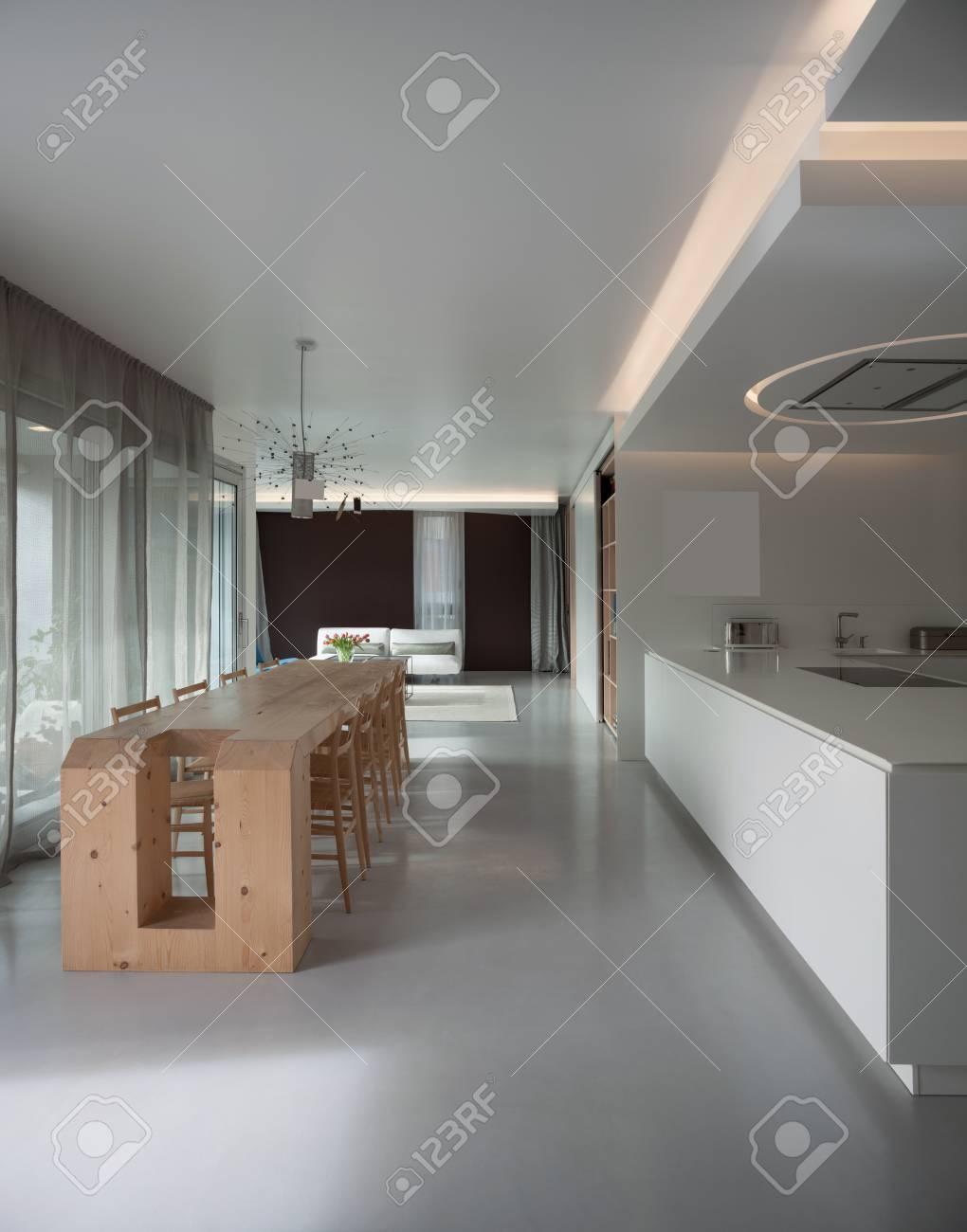 Appartamento di lusso, tavolo da pranzo in legno e cucina moderna