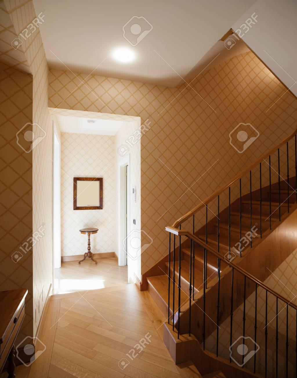 Banque Du0027images   Entrée Avec Grand Escalier En Bois Et Un Petit Passage