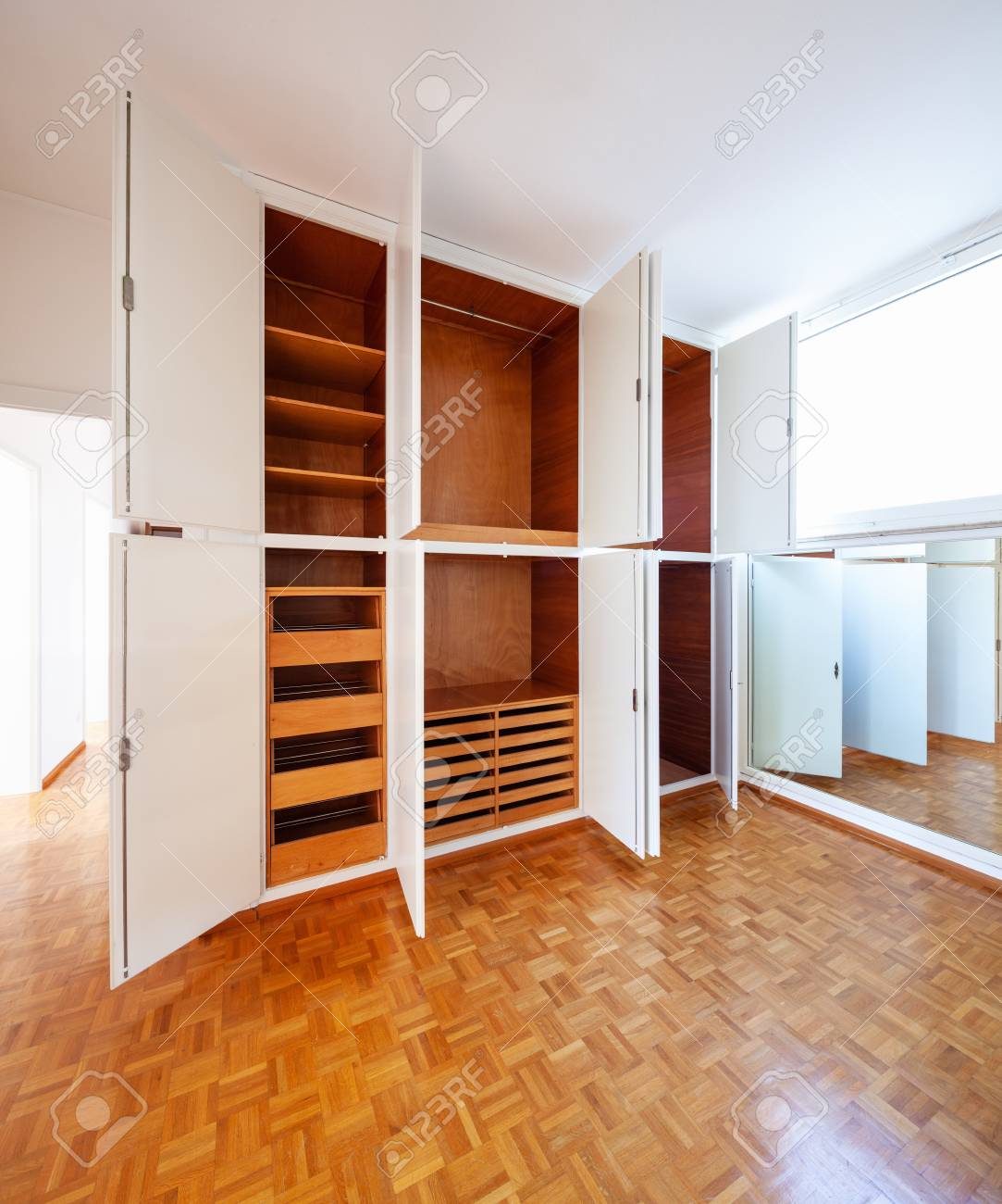 official photos bc6c9 945e9 Room with wardrobe, parquet and a mirror. Nobody inside
