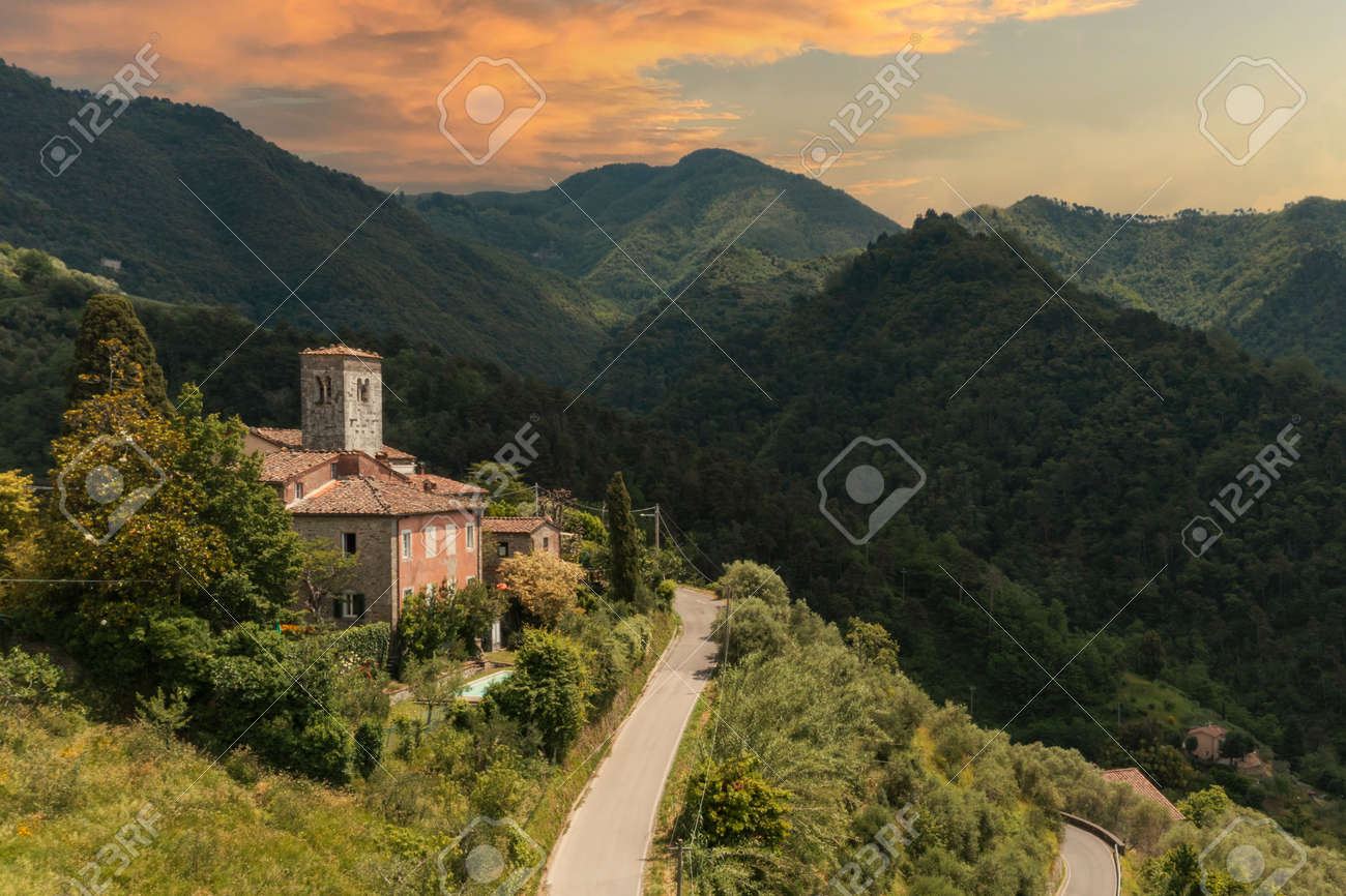 House or cottage in the middle of summer with a beautiful garden and swimming pool in Tuscany. The place is romantic and makes you dream. The shot was done with a drone. Italy always beautiful - 171317455