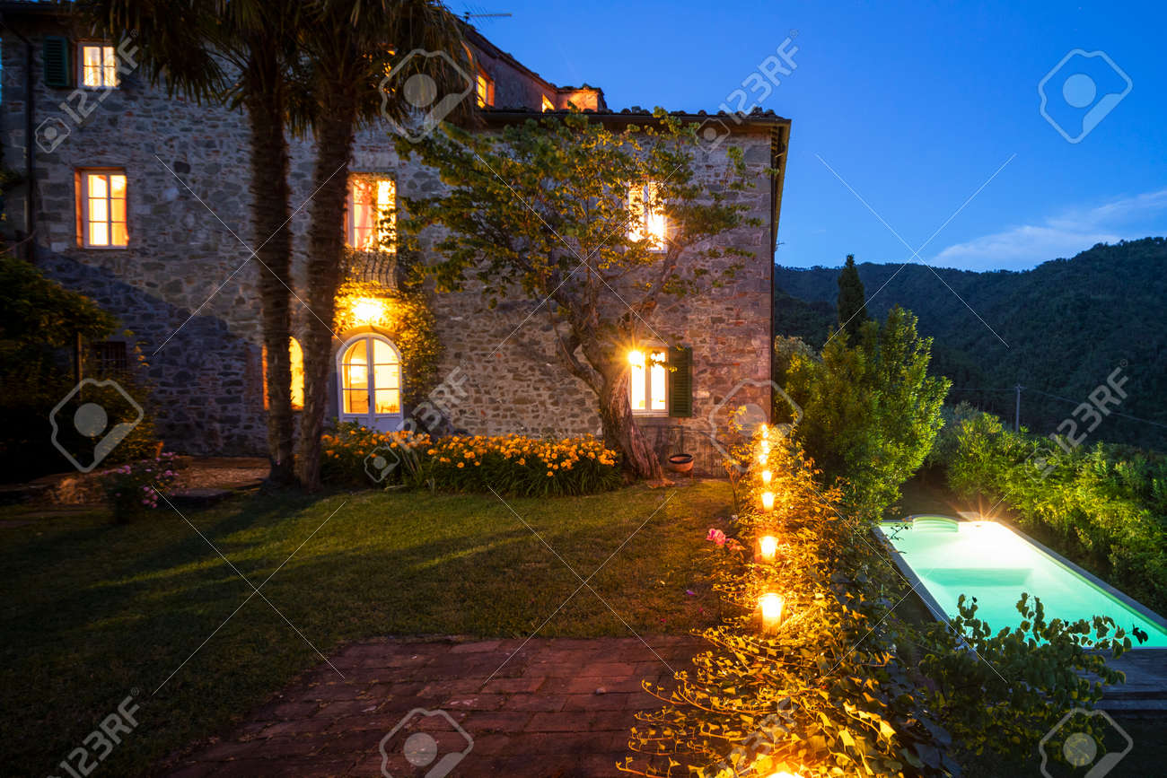 House or cottage at sunset with a beautiful garden in Tuscany. The place is romantic and makes you dream. It is almost evening the silence can be heard from the photograph - 171317499