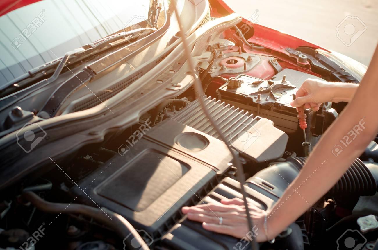 Asiatische Frau Hand Überprüfung Motor Öl Auto Motor Lizenzfreie ...