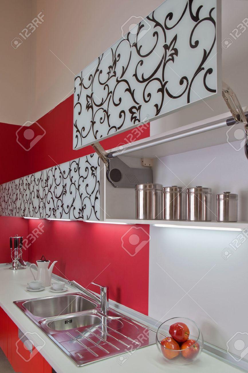 Intérieur de cuisine moderne avec décoration rouge banque d'images ...