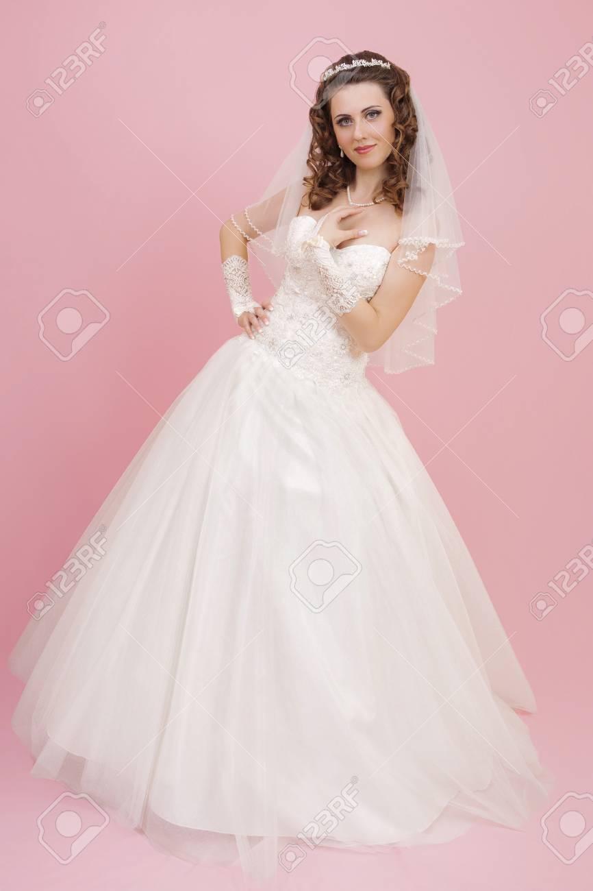 Hermosa Novia Está De Pie En El Vestido De Novia En Color Rosa De ...