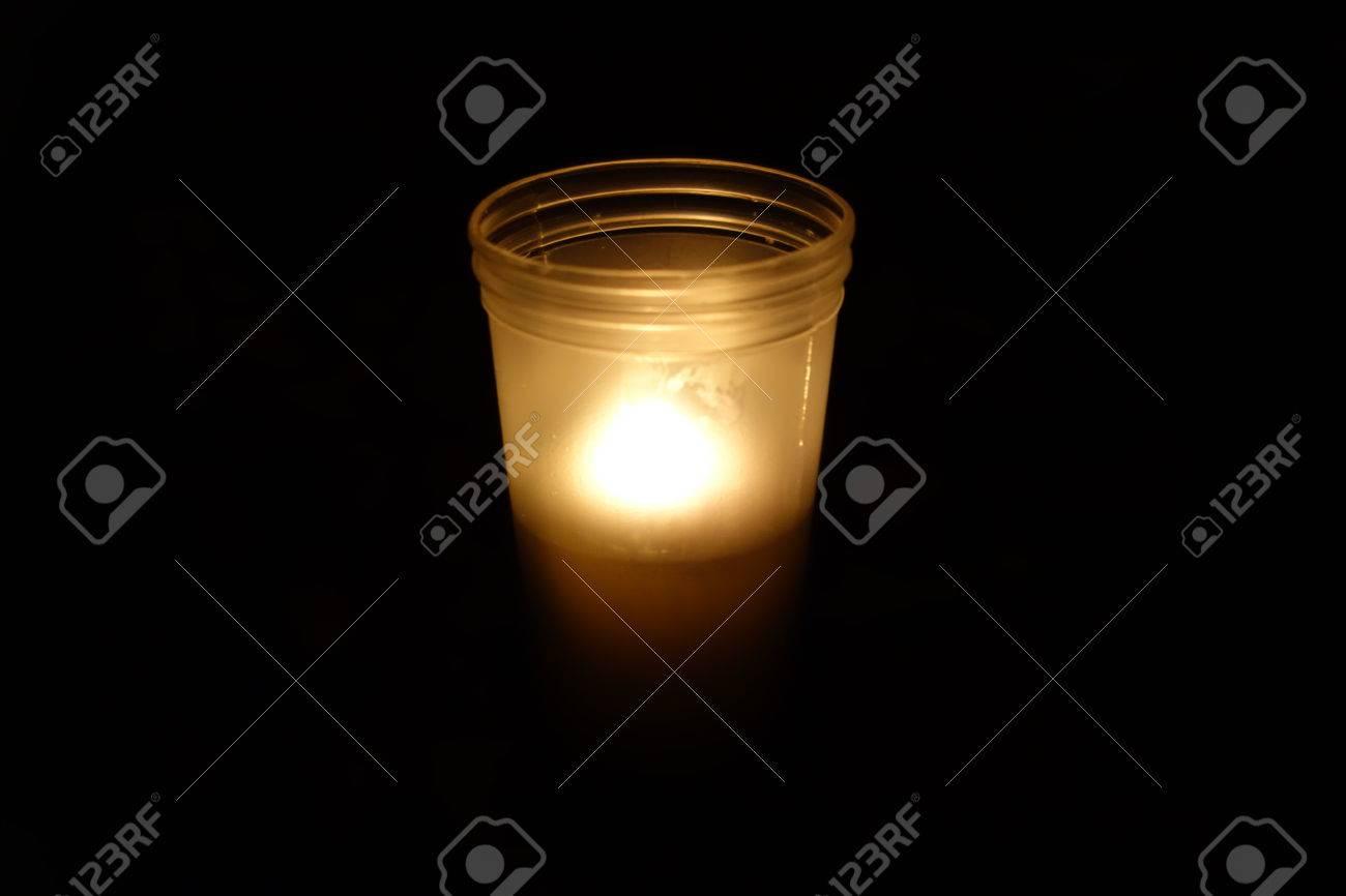 Llama de vela un s mbolo de luto foto de archivo 64482869