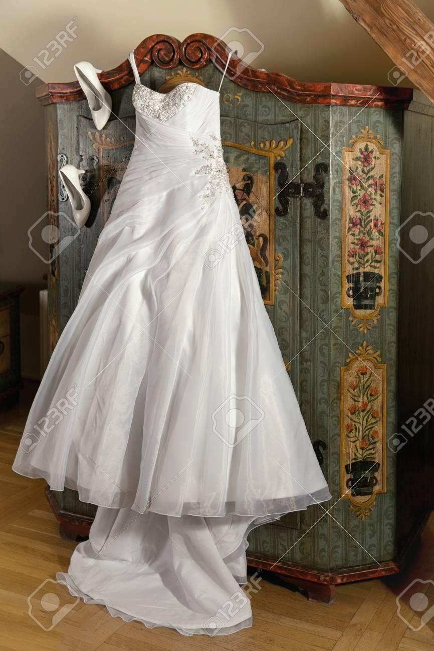 Elegante Weiße Hochzeitskleid Mit Stiefeln Lizenzfreie Fotos, Bilder ...