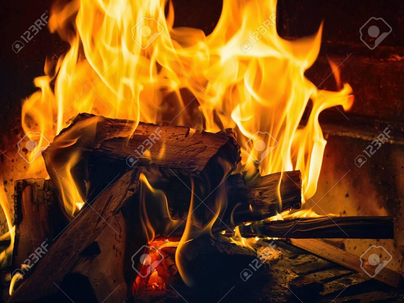 """Expresa tu momento """" in situ """" con una imagen - Página 38 22872233-un-peque%C3%B1o-fuego-en-la-chimenea-de-fumar"""