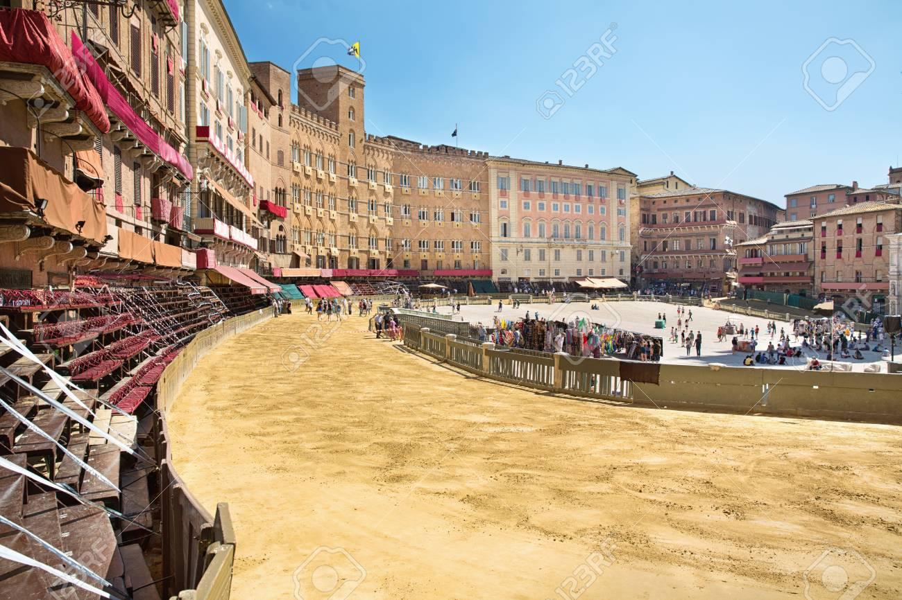 Piazza del Campo en la preparación del sustrato de arena para el lugar de  la carrera de caballos Palio, con el Palacio Público, Siena, Toscana,