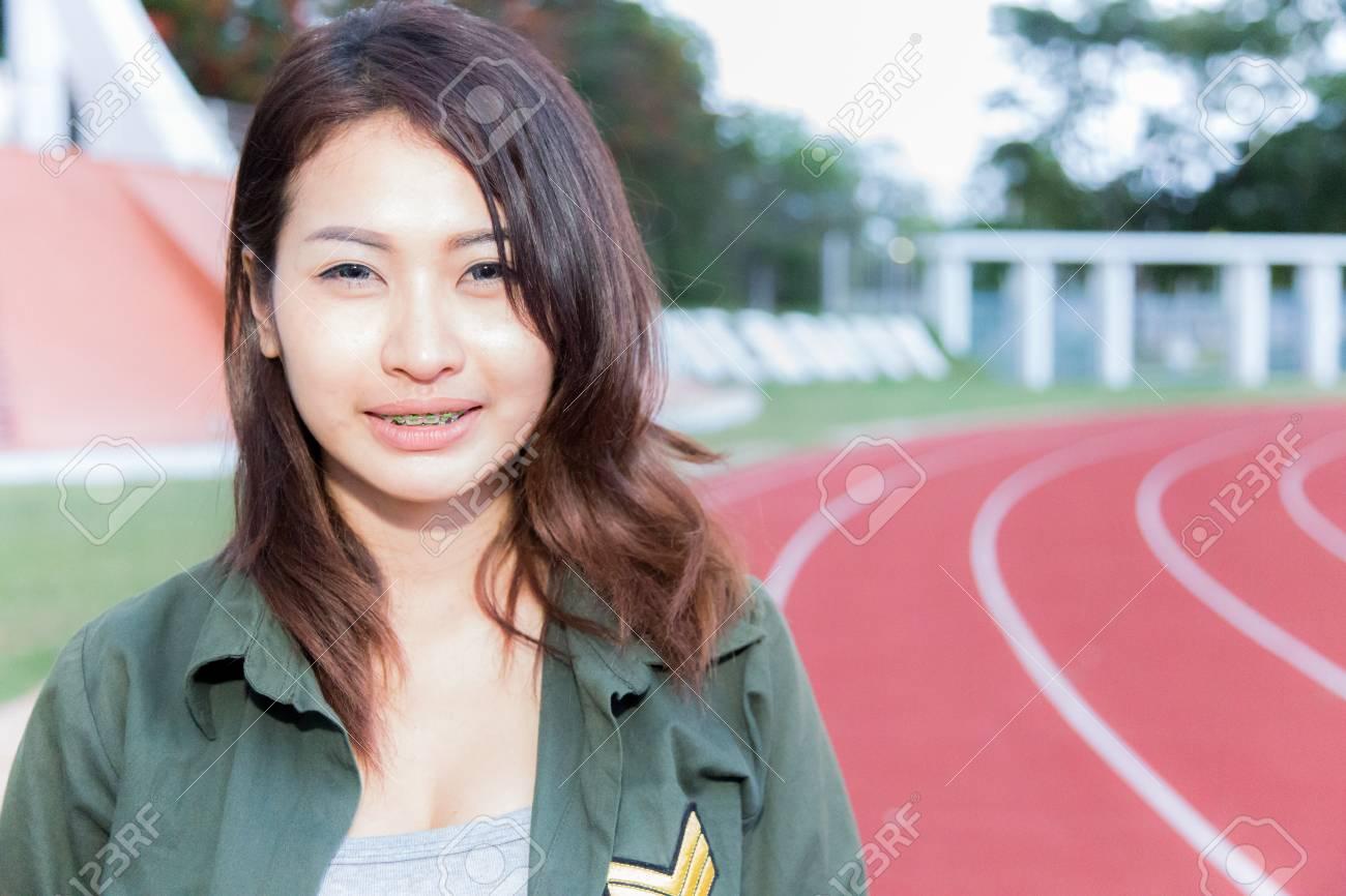 cfd7618330d9 Chicas asiáticas en el deporte del estadio