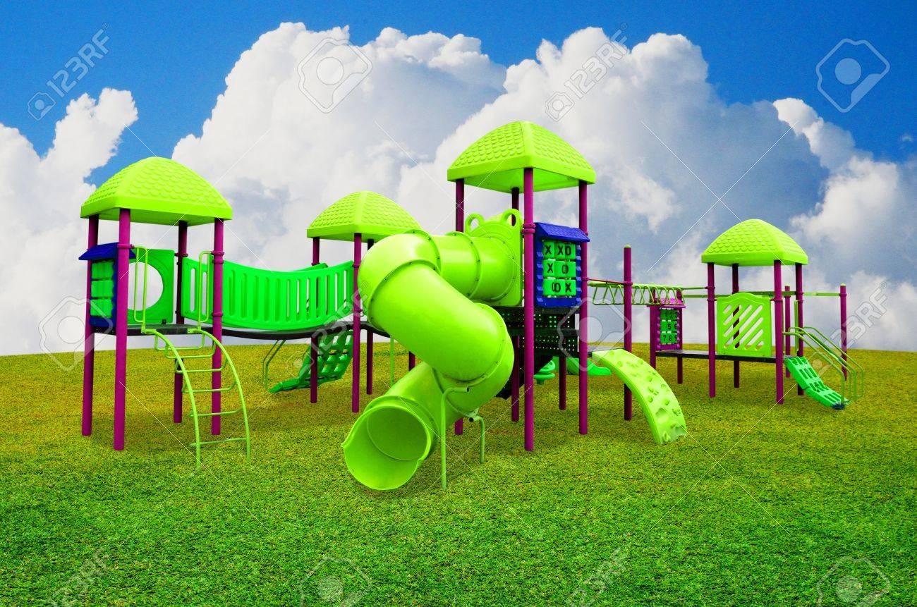 Zona de juegos infantiles en el jardín de s con cielo agradable
