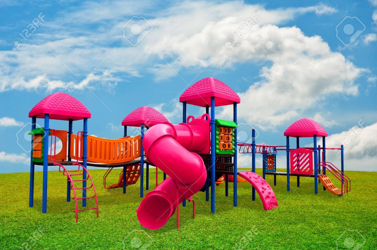 Zona De Juegos Infantiles En El Jardin De S Con Cielo Agradable