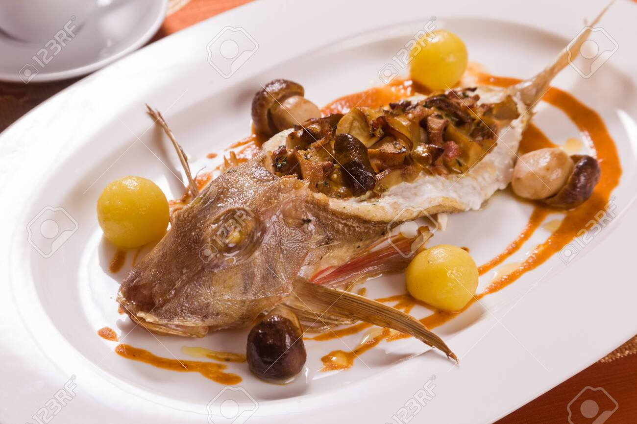 Red mullet stuffed with chanterelle - 146118993