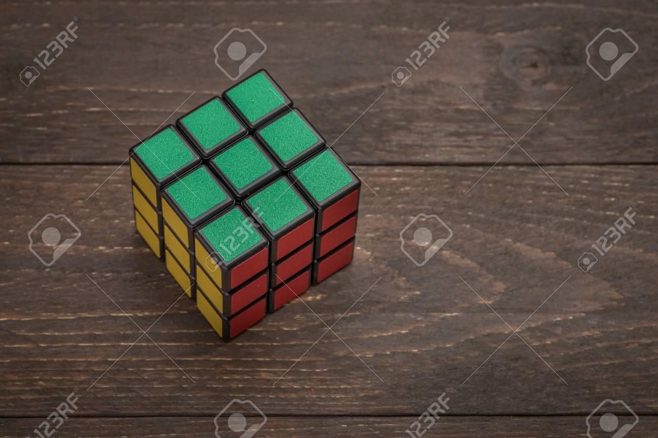 Tallinn Estonie 22 Avril 2017 Rubiks Cube Sur Larrière Plan En Bois Foncé Old Anqitue Rustique Espace Libre Pour Le Texte