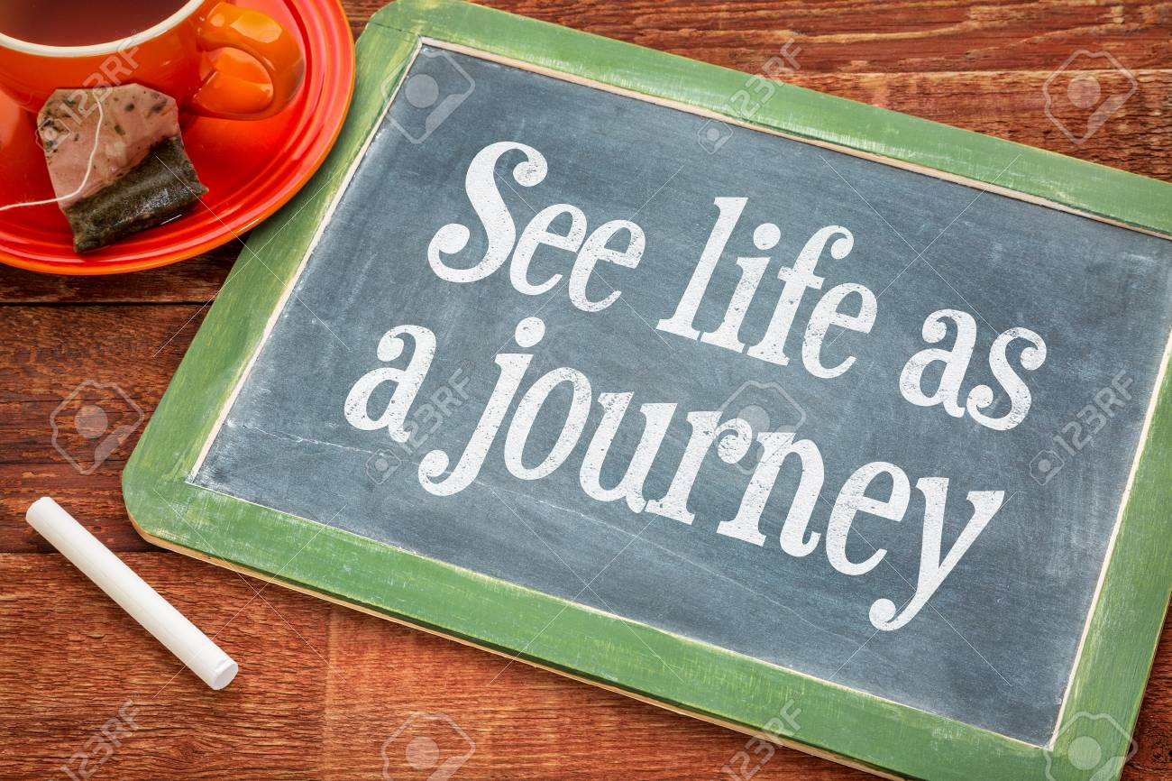 Ver la vida como viaje - frase inspiración en una pizarra pizarra con tiza  y una taza de té