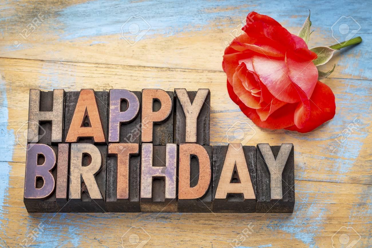 Carte De Voeux Joyeux Anniversaire Texte En Bois Type Letterpress Vintage Coloré Par Des Encres De Couleur Avec Une Rose Rouge