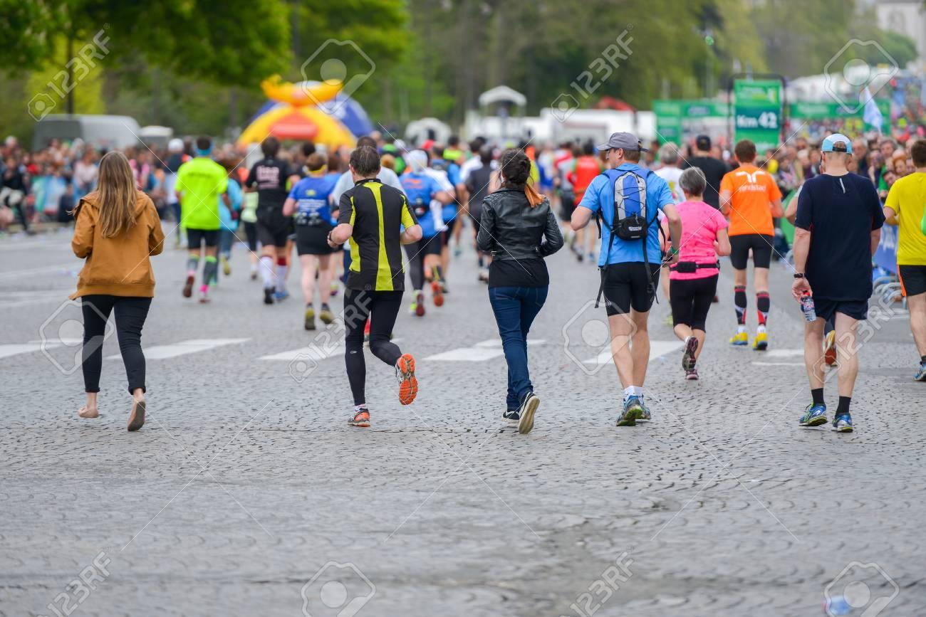 Paris Francia 06 De Abril Los Corredores De Maraton De Acabado