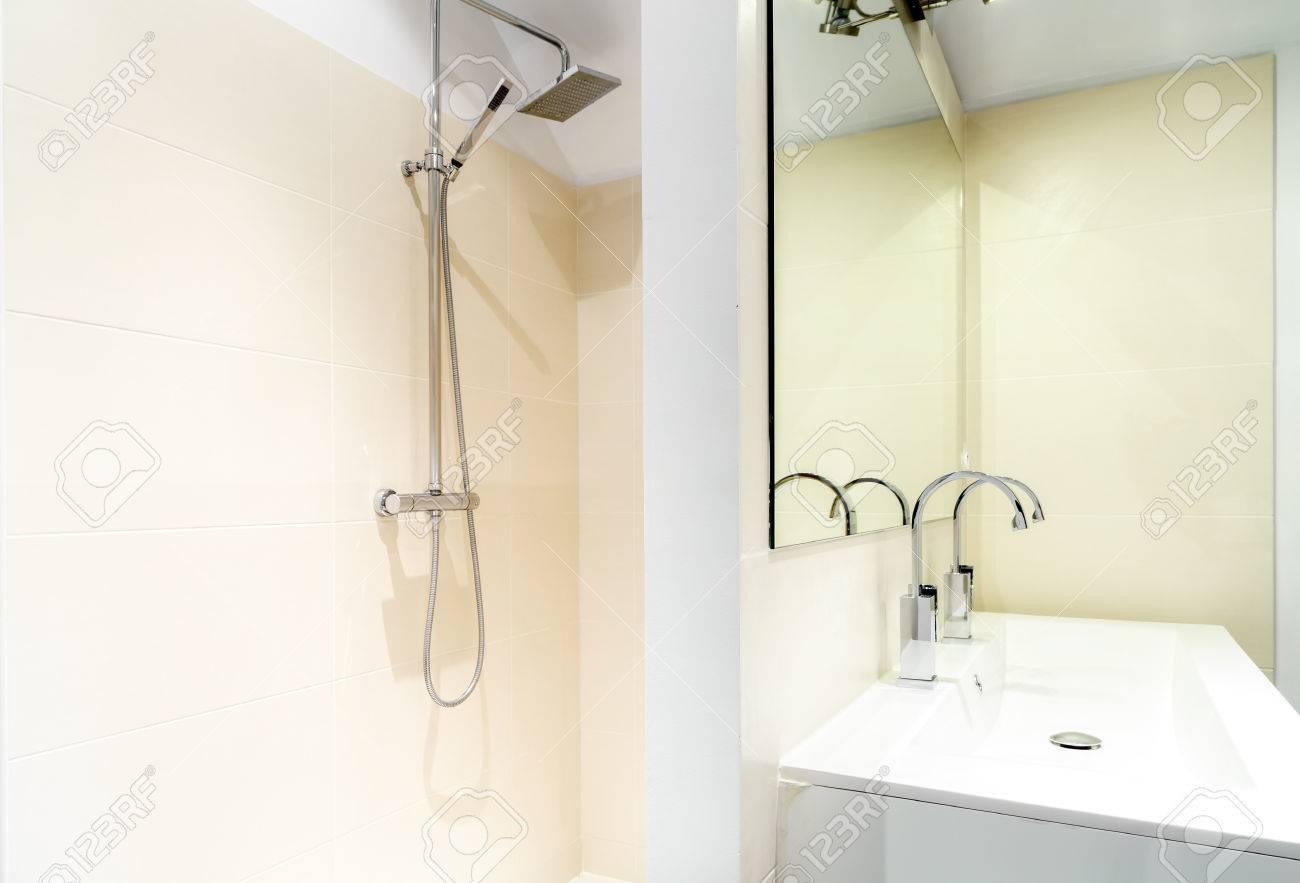 Gros Plan D\'une Douche à L\'italienne Dans Une Salle De Bains Moderne ...